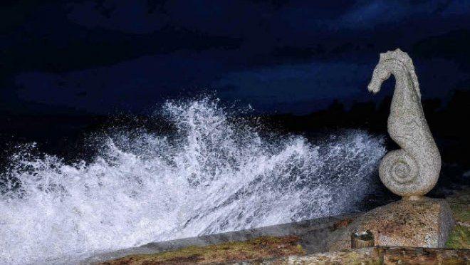 Plouescat est une commune du nord Finistère (Penn-ar-Bed), dans le pays de Léon, sur la Côte des Légendes, à la limite du pays Pagan. (29) (France). L'hippocampe a été gravé par les sculpteurs Patrig Ar Goarnig et Lucien Crenn. Il a été créé à l'occasion d'une exposition réalisée en 1989. La grande marée de 115 a formé une houle qui a permis aux amateurs de beaux clichés de s'en donner à coeur joie. L'hippocampe en granit bordant la plage de Pors ar Streat a eu son contingent de vagues.