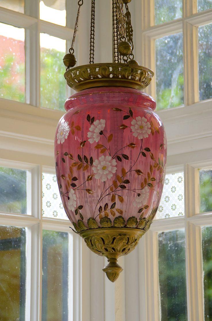 Dette kalles «Måneskinnslampe», og er egentlig laget for parafinlampe eller lignende. Sinnrik heisemekanisme skulle gjøre det enkelt å heise opp glasset for å tenne og slukke lampen.