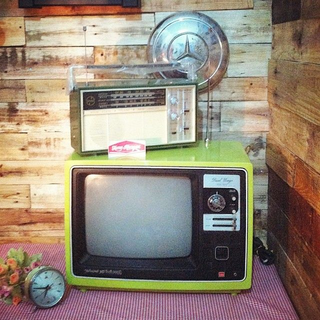 Retro Sharp IC Solid State TV 14inci. Masih mulus dengan warna hijau aslinya! Kondisi mati. Sangat cocok untuk dekorasi rumah, cafe, wedding, fotografi, dll. IDR 450K. Pemesanan via SMS ke 08990099939.