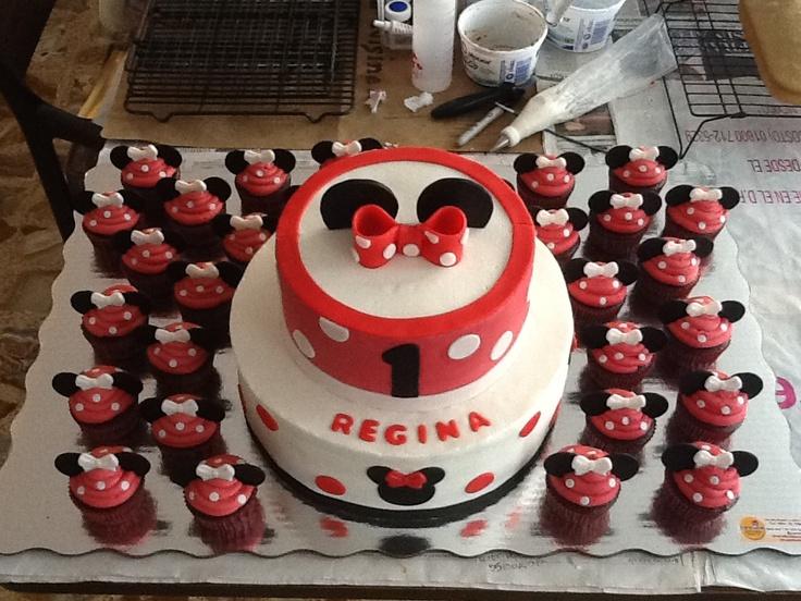 Pastel Minnie Mouse: pastel de vainilla con relleno y betun de chocolate y aplicaciones de fondant.   Panquecitos de chocolate con betún de chocolate y aplicaciones de fondant