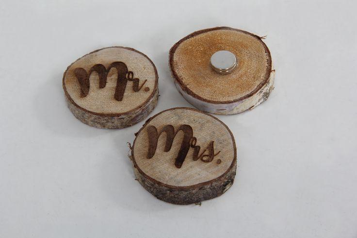 Houten Mr & Mrs corsage met magneten . Verkrijgbaar webshop www.decoratietakken.nl