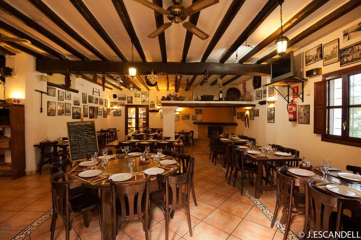 Salon interior con chimenea. Restaurante Can Caus. Santa Gertrudis. Ibiza
