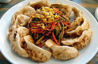「マンドゥ」小麦粉を練って作った皮に、肉、野菜などを混ぜて作った具を入れて包む韓国の餃子です。  調理法によってクンマンドゥ(焼餃子)、チンマンドゥ(蒸餃子)、ムルマンドゥ(水餃子)と呼び分けられます。中に入る具はバリエーション豊富でキムチ、エビ、肉などが代表的です。屋台に行けば必ず目にする庶民的な料理のひとつです。  一般的な材料 ・餃子の皮  ・木綿豆腐   ・豚ひき肉   ・ニラ   ・キムチ  ・塩   ・コショウ  ・ごま油