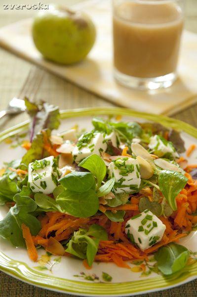 300 г моркови 1 кислое яблоко 100 г смеси листовых салатов (у нас мангольд, рукола и корн) немного шнитт-лука 100 г феты (у нас была овечья) лепестки обжаренного миндаля 3 ст.л. лимонного сока 2 ст.л. оливкового масла 1 ч.л. неострой горчицы соль Морковь натереть на крупной терке, яблоко, очищенное…