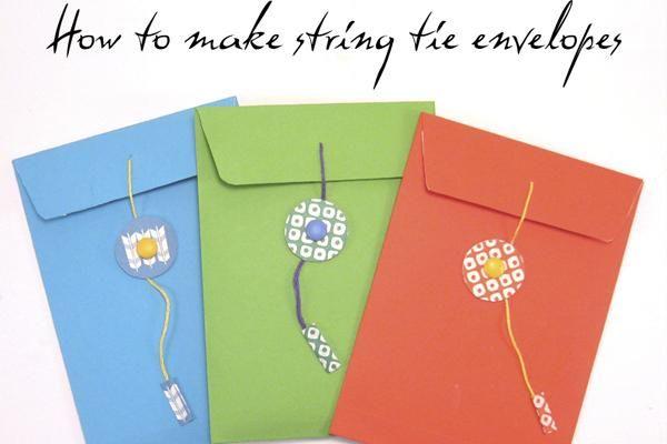 sobres de colores azul, naranja y verde de papel