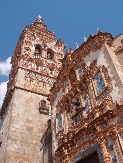 La Iglesia de San Bartolomé fue construida a mediados del siglo XV se encuentra en Jerez de los Caballeros, España por anónimo. Esta construida por ladrillos, barro cocido y yeseria policromada, recubierta en cerámica vidriada y decorada con azulejos, esta iglesia resulta muy llamativa por los contrastes de su fachada y sus materiales.