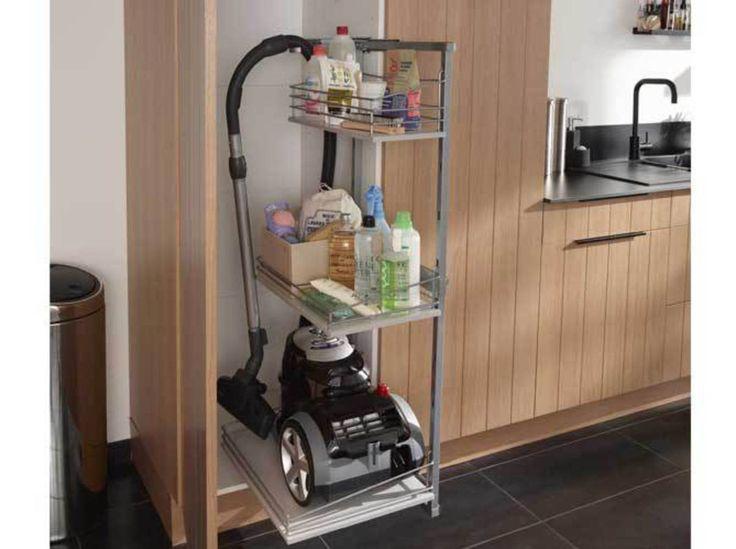 Des placards de cuisine avec rangement pour aspirateur