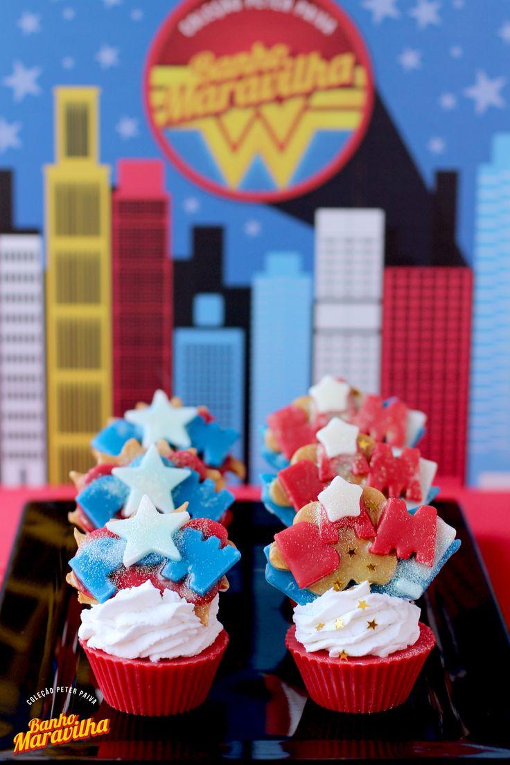 Cupcake de sabonete glicerinado - inspirado na heroína mais poderosa das histórias em quadrinhos mundial, esta coleção ficou inacreditável! A Mulher Maravilha foi o mote para uma linha rica, criativa e vibrante; o perfume escolhido foi 40% Lolita, 30% Colors, 20% Algodão Doce e 10% Laranja Lima; os ativos escolhidos foram Extrato de Mel, Manteiga de Cacau, Óleo de Coco de Babaçu e Amêndoas.