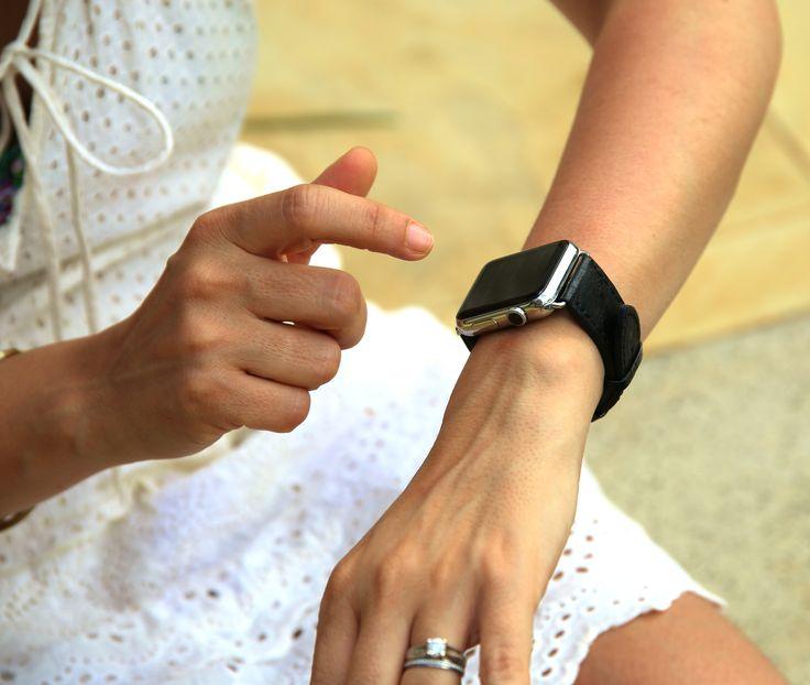 """Le concept de nos bracelets pour Apple est du style """"Plug and Play"""" pour en changer à sa guise.Un choix infini de couleurs, matières et options de personnalisation vous est comme d'habitude proposé, jusqu'à plus de 500 combinaisons par modèle."""