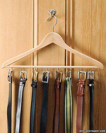 O cabide é uma peça que nos oferece inúmeras possibilidades de uso...  Neste exemplo, ele recebe ganchinhos e torna-se perfeito para organizar os cintos. :)
