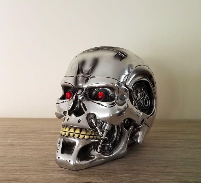 Terminator 2 - Judgement Day - 20ste verjaardag item - 2011 - Endoskull  Een fantastisch stuk van T2 (Terminator 2) memorabilia. Uitgebracht ter gelegenheid van de 20ste verjaardag van Terminator. Een Terminator skull met opslag. De schedel kan echt worden gebruikt voor het opslaan van dingen.De metingen zijn als volgt:Breedte: 16 cm  hoogte 12 cm.De partij zal worden zorgvuldig verpakt en verzonden met aangetekende brief. Geregistreerd portokosten omvatten de kosten van verzending…