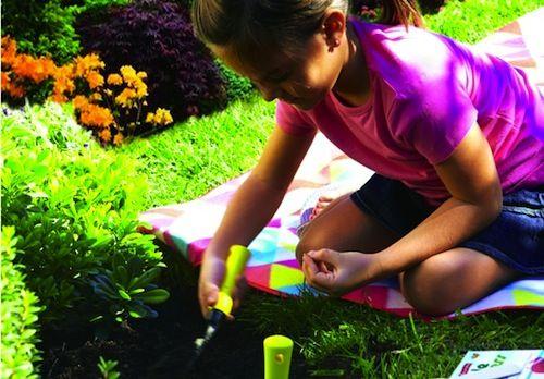 E' arrivata l'estate e i bambini sono pieni di energia, perchè non approfittarne per passare un po' di tempo con loro, all'aria aperta, magari decorando il giardino? Ecco 10 idee per fare attività educativa e divertirsi insieme a loro:  E' arrivata l'estate e i bambini sono pieni di energia, perchè non approfittarne per passare un po' di temp...