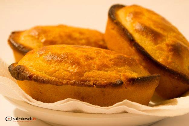 """Im südlichen Teil von Apulien, bei Lecce, frühstückt man an der Bar nicht mit dem klassischen Croissant, sondern mit dem süßen und duftenden """"Pasticciotto"""", den man unbedingt warm essen soll! Die """"Pasticciotti"""" repräsentieren das Symbol der Konditorei aus der südapulischen Salento Region und bestehen aus einer knusprigen Schale aus Mürbeteig und einer Füllung aus Creme.Lesen Sie mehr ."""