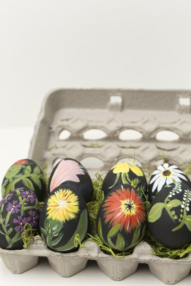 Break out the acrylic paint and channel your inner artist: these hand-painted botanical eggs are next level beautiful. #DIY