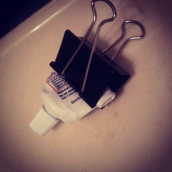 Una molla ferma-carte che aiuta a finire il dentifricio