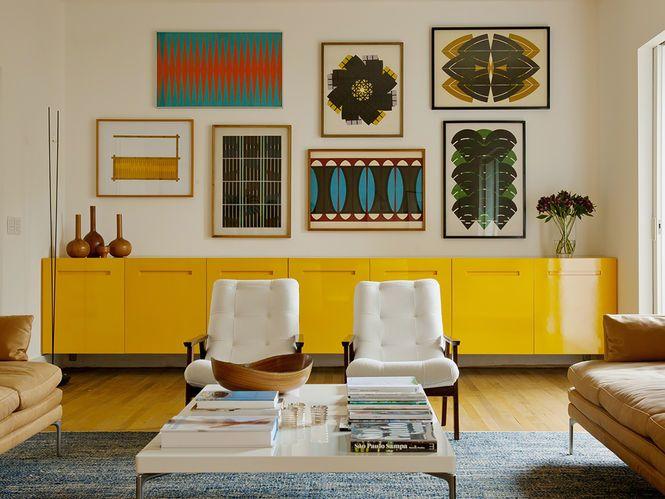 Art and display.  Living com Aparador Amarelo Arquiteto: 2L Arquitetura Fonte: arkpad