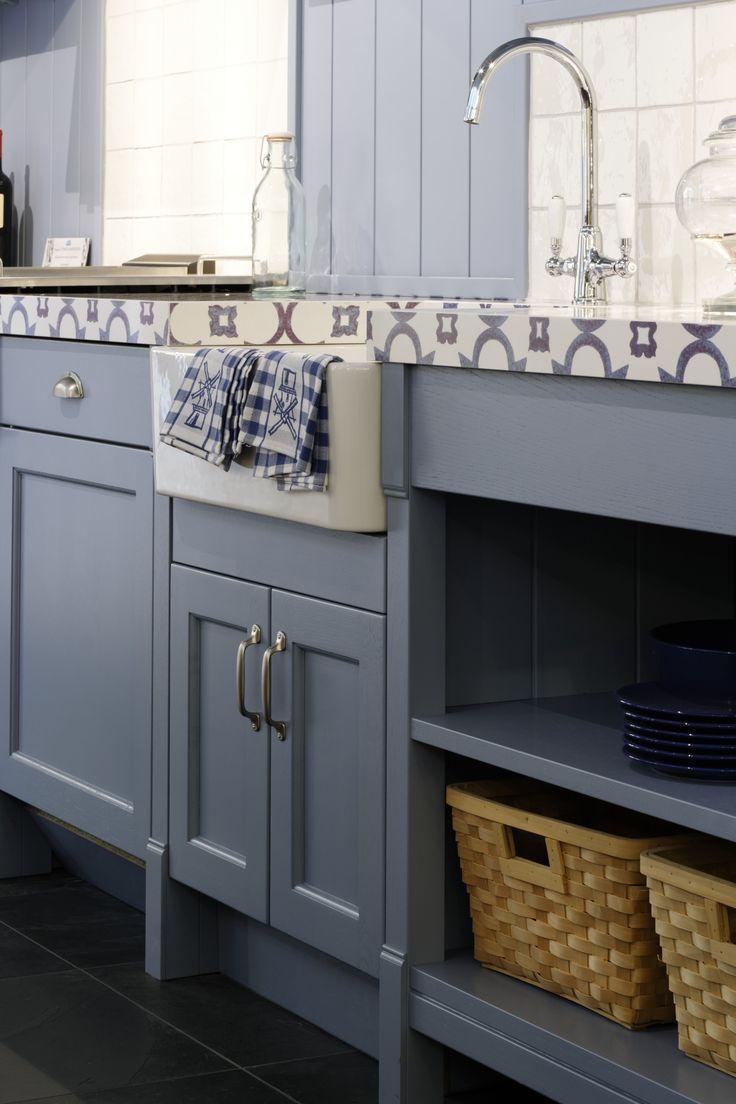 Detail lichtblauwe landelijke keuken uitgevoerd met kastwerk van het merk Schmidt. Met prachtig werkblad in delftsblauw tegel dessin. Odink Keukens Tynaarlo, http://odinkkeukens.nl/