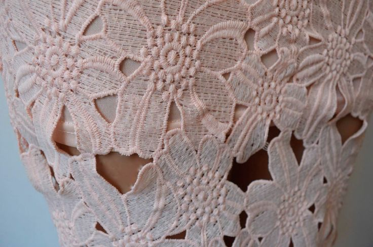 Detalle tela, falda color palo de rosa.