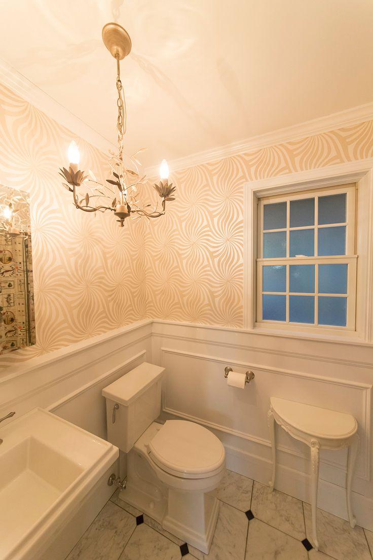 ホテルのようなお洒落な洗面。床はビアンコカララの大理石に黒の御影石をアクセントに。壁紙・照明はローラ・アシュレイを採用。シンク・トイレはコーラー社からセレクト。