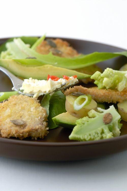 Gebakken 'schnitzel-varkensreepjes' met avocado, aardappelsalade en lookboter