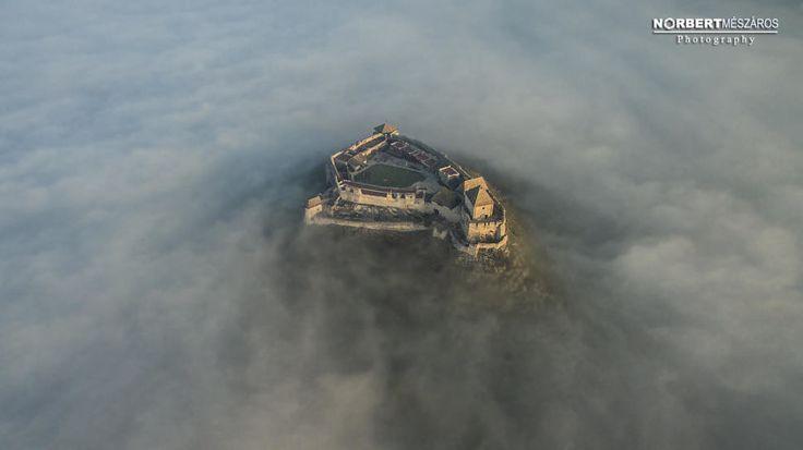 Lenyűgöző fotó: nem vette be a köd a Sümegi várat