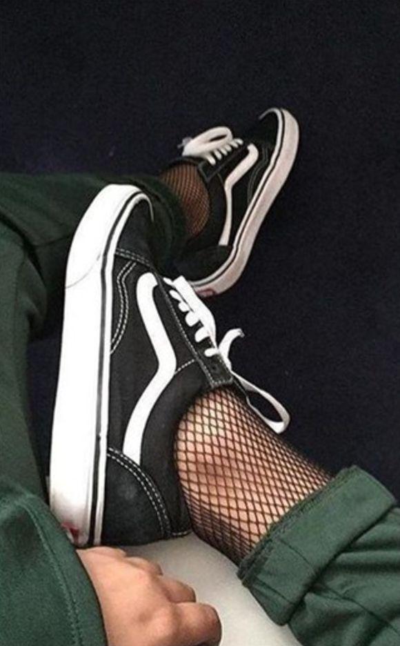 Jeans, meia arrastão e tênis, uma combinação que está super tendência ultimamente