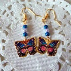 Boucles d'oreille fantaisie dorées papillon bleu et rose et perles bleues@laboutiquedenath
