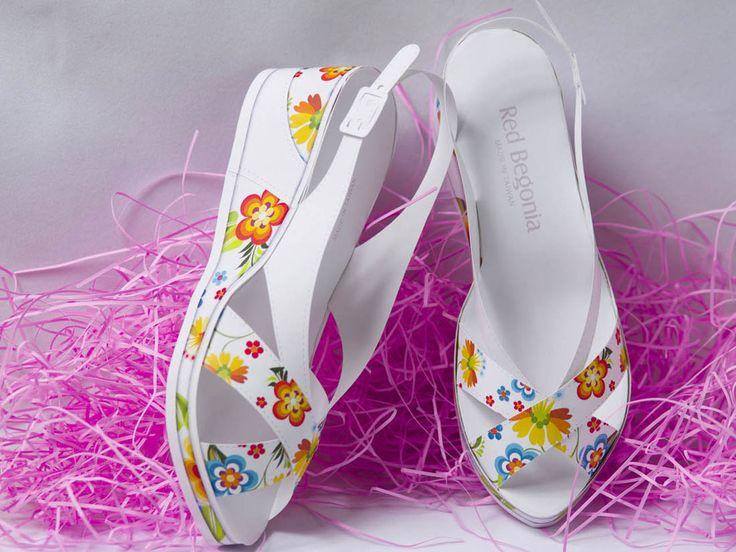 鞋子尺寸:16.3cm (長度),鞋盒尺寸:16.5(長) x 10.5(寬) x 7.0(高)cm,Red Begonia手作紙藝為精緻紙藝品設計工作室,目前設計作品有多款鞋類立體紙雕,包含厚底女鞋、高跟女鞋等,鞋子尺寸皆按比例縮小至16.5公分左右,小巧、可愛、精緻、好收藏、也可用於祭祀紙紮,更多紙雕款式正設計開發中。  http://www.redbegonia.net/3D_Paper/component/content/article/85-%E6%96%87%E5%89%B5%E6%AB%A5%E7%AA%97/84-rb01-01.html?Itemid=437