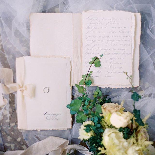 Эта бесконечная любовь к деталям 💚 photo by @zhenyaswan, flowers by @flowerslovers.ru, calligraphy by @al_shevela #julyevent #julyeventru