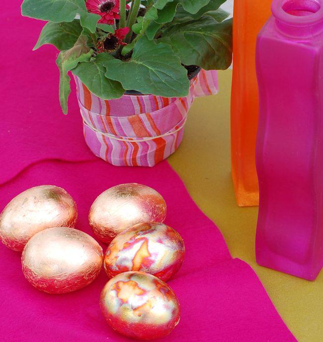 Uova dorate decorate con foglia d'oro