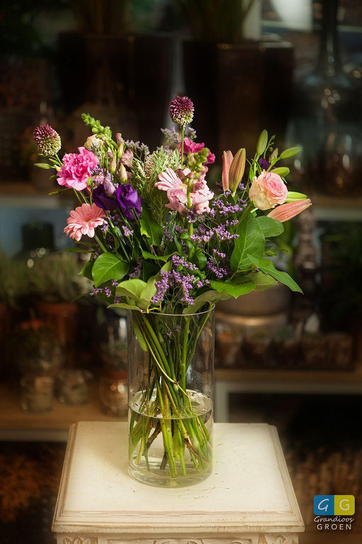 Een los gebonden boeket met roze en paarse bloemen gemaakt door de Greenroom Alphen aan den Rijn.