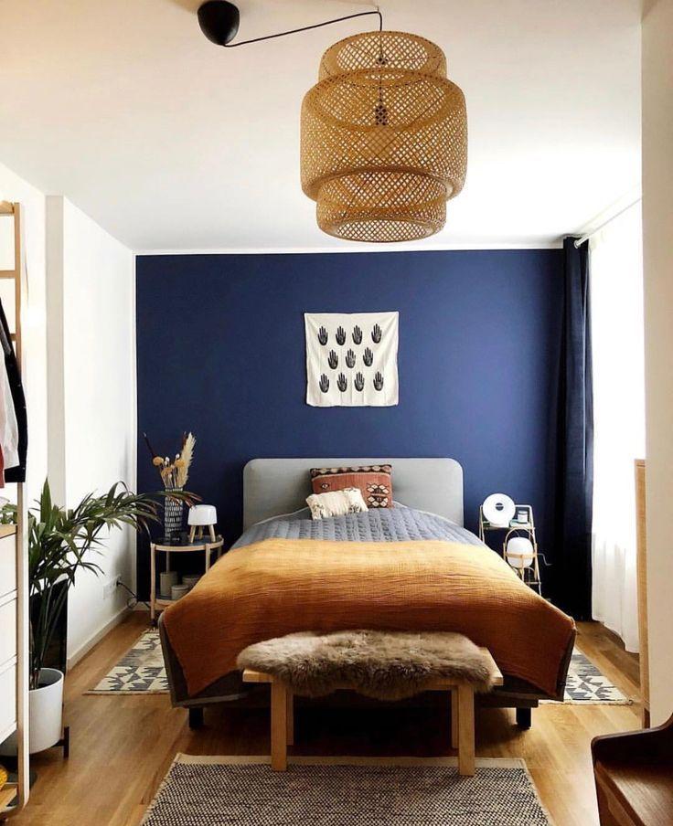 Schlafzimmer mit dunkelblauer Wandfarbe. einrichten