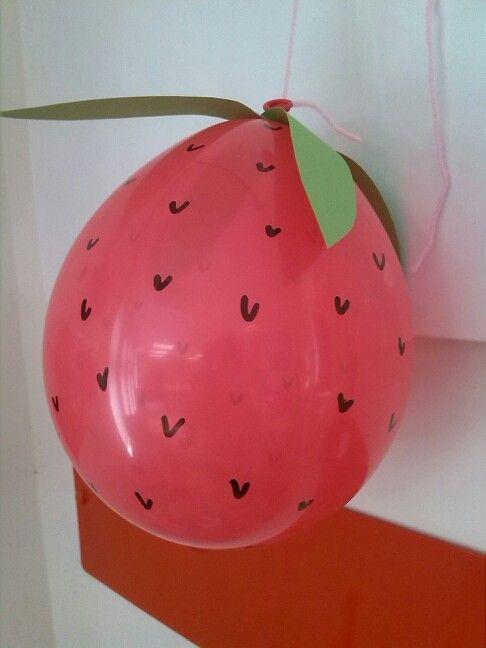 Een aardbei van een ballon, a strawberry balloon.