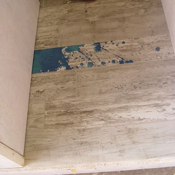 #Kypriotis #Design #Innovation #Bathroom #Tiles Πλακάκι που συνδυάζει το παλαιικό με το μοντέρνο. Μπογιά απλωμένη σε άσπρο, ξεφτισμένο ξύλο (πλακάκι σε αποτύπωση ξύλου)