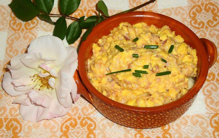Uova strapazzate al prosciutto con crostini