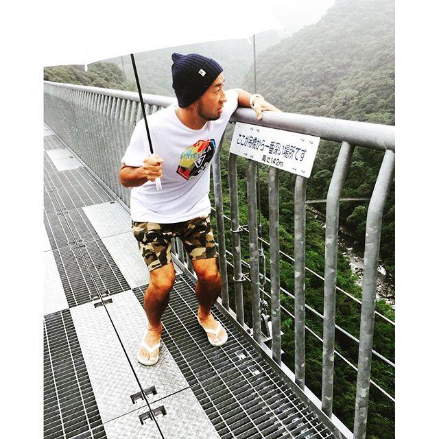 【taito69】さんのInstagramをピンしています。 《、 吊り橋効果ってあるのかな? 怖いと異性が気になる噂のあれ! 143メートルの吊り橋なら効果抜群✨、 水着👙ギャルいねーかなー😂、 惚れくれなーかなー😂、 、 天候は雷⚡️ 風は強風🍃 、 めちゃ揺れるけど全く怖くないからね…足がすくんでないからね… 、 、 #宮崎 #サーフィン #サーフトリップ #南国 #ビーチライフ #ビーチ #日本の風景 #空 #海 #surf #surftrip #青島 #メンズファッション #今日のコーデ #tシャツ #vissla #ニットキャップ #rhc #スウェットパンツ #zara #サーフスタイル #湘南 #吊り橋 #吊り橋効果 #雷 #びびり #森林系》