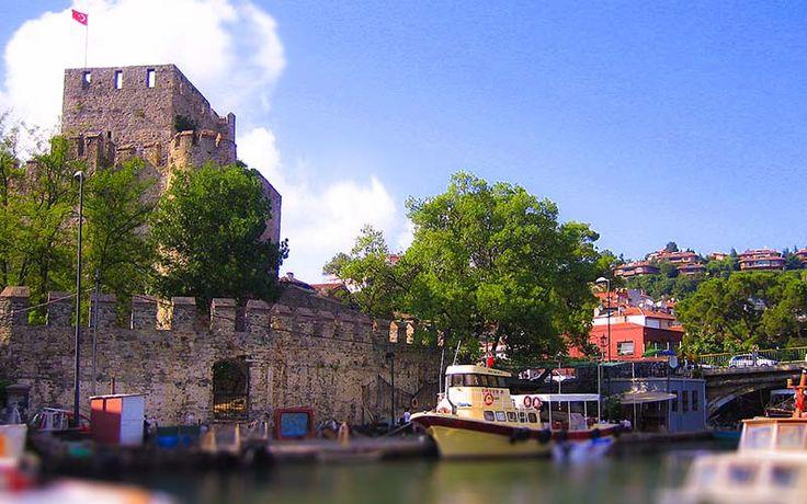 Anadolu Hisarı Müzesi & İstanbul Boğazı'nın Anadolu kıyısında, Göksu Deresi'nin denizle buluştuğu noktada bulunan Anadolu Hisarı Müzesi, Beykoz sınırlarında. Osmanlı Devleti'nin boğaz geçişlerini kontrol edebilmek amacıyla inşa ettiği ilk hisar olma özelliğini taşıyan Anadolu Hisarı, 1394 yılında Yıldırım Beyazıt tarafından yaptırılmış. Etkileyici boğaz manzarası ve zamanda yolculuk için Anadolu Hisarı, İstanbul'un en güzel köşelerinden.  ♥♥♥ #Anatolian #Castle #Museum #İstanbul #Turkey