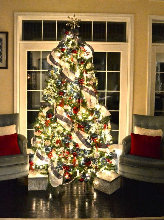 Patriotic Tree - Love how bright and cheerful this Christmas tree is... what a great idea to use Red, White, and Blue for decorations.: