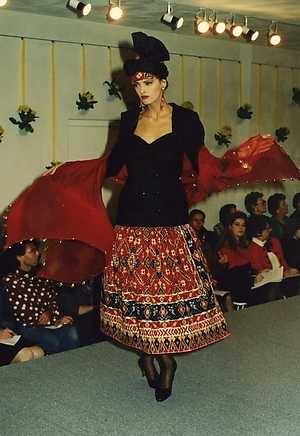 Couturier Edgar Vos presenteerde maandag in de hoofdstad zijn nieuwste couture- en boutique collectie voorjaar 1989