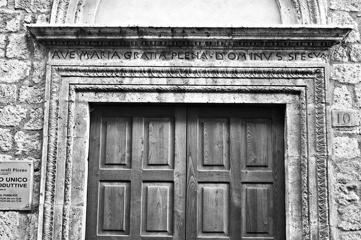 Ave Maria gratia plena Dominus tecum. Ascoli Piceno, Via Tornasacco 10.