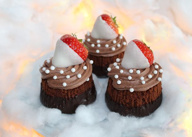 Kerst cupcakes  choco met aardbeien recept | Dr. Oetker