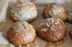 Low Carb Brötchen - perfekt als Abendbrot, zum Mitnehmen oder zum Mittagessen. Innen weich, außen schön braun! Super lecker! #LowCarbBrötchen