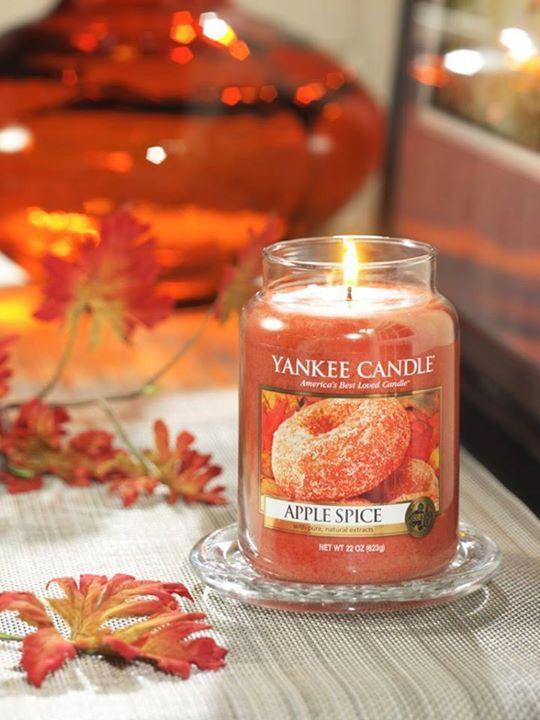Den kittlande doften av en nybakad munk gjord på äppelcider, kanel, muskot och farinsocker #YankeeCandle #AppleSpice