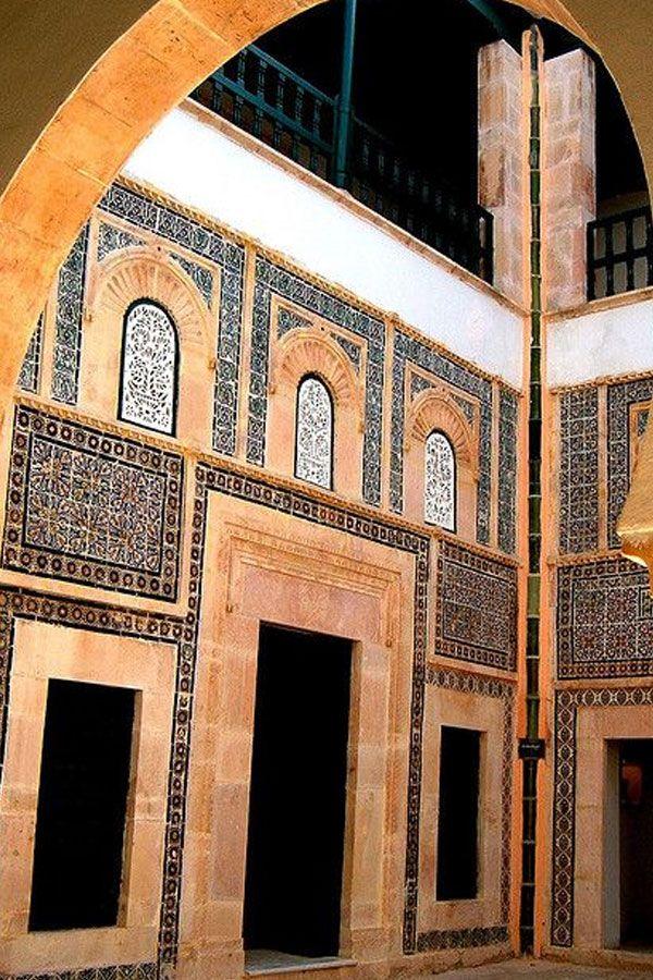 La céramique tunisoise, riche d'une longue tradition, est considérée parmi les éléments incontournables de la décoration intérieure. Le jelliz tunisien habille les murs et les sols de toutes les maisons tunisiennes traditionnelles, les mosquées….