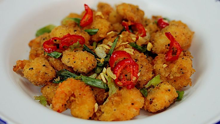 SALT N PEPPER POPCORN SHRIMP // What You'll Need: 200g Cooked prawns 3 tbsp cornflour (cornstarch) 100g panko breadcrumbs 1/2 tsp cayenne 1/2 tbsp mixed peppercorns, coarsely ground 1/2 tbsp salt flakes 1 fat red chilli, sliced 2 spring onions 3 cloves garlic 1 egg How You Make It: Sprinkle the cornflour and cayenne over the prawns then give them a little mix. Add your egg, then mix again. Now go in with your breadcrumbs, salt and peppercorns and give them one...