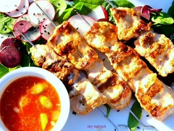 Danie kuchni koreanskiej. Doskonaly przepis na soczyste i delikatne szaszlyki wieprzowe w ostrej marynacie kimchi, podawane z rzodkiewka i kapusta pekinska. ...