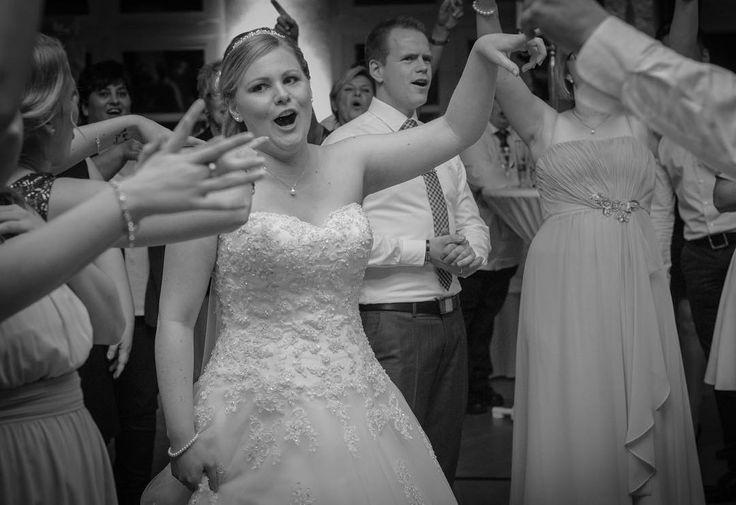 Ich mach mal wieder beim #weddingwednesday mit...das Bild ist zur späterer Stunde auf der Party entstanden...ich mag es weil es zeigt das die Stimmung ganz gut war ��...das war immer meiner größte Sorge das keiner tanzt etc. Aber wie man sehen kann war die Stimmung ����#schwanger2017 #augustmama #augustbaby #hochzeit #weddingdress http://gelinshop.com/ipost/1521790917803261445/?code=BUefMbmFD4F