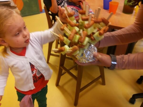 Lekker en gezond traktatie ideetje: partyknakworstje met komkommer en druif. Welk kind lust dat nu niet!!