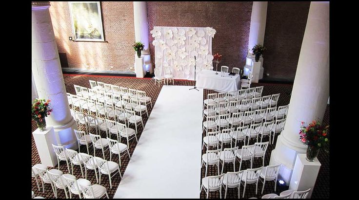 Olofskapel bruiloft | Witte bloemen, strak, elegant, witte loper, kandelaar, sfeer, aankleding, styling, white, tight, white carpet,