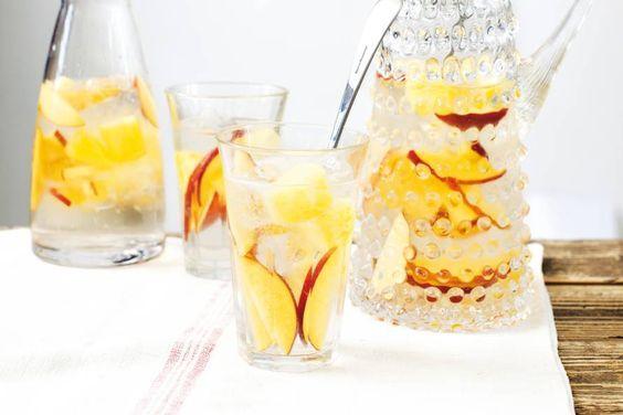 Het bljft voorlopig nog even zomer, heerlijk. Maak ook eens een cocktail van onze witte appelwijn. Deze bijvoorbeeld: witte sangriaIngrediënten en bereiding:   1 Ananas, 700 ml frisdrank lemon-lime, 2 nectarines en 750 ml witte appelwijn. Snij de ananas en de nectarines in plakjes, mix de witte wijn en de lemom-lime door elkaar en laat het geheel even koud worden in de koelkast. Proost!